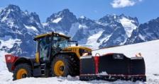 Високо във Френските Алпи два трактора JCB Fastrac извършват жизнено важни дейности