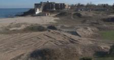 Разораната с багер дюна на къмпинг
